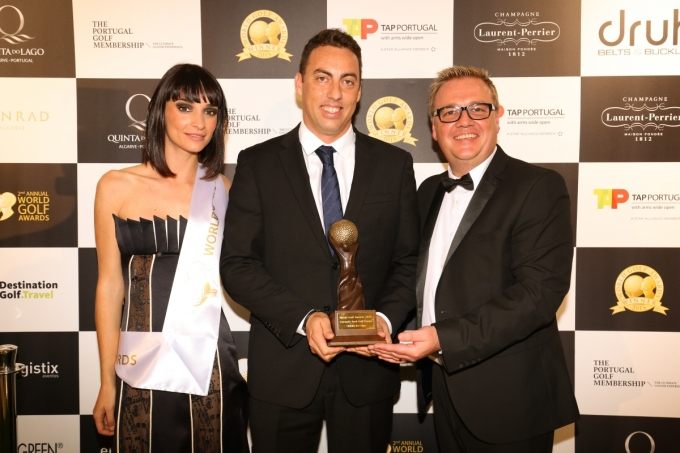 Nuno Gonçalves (centre), Quinta do Lago's general manager, receives the 2015 World Golf Award for Europe's Best Golf Venue (low res)
